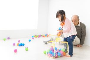 子供と遊ぶおじいちゃんの写真素材 [FYI04724401]