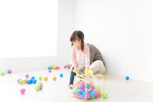 子供と遊ぶおじいちゃんの写真素材 [FYI04724406]