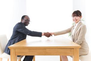 握手をするビジネスパーソンの写真素材 [FYI04724447]