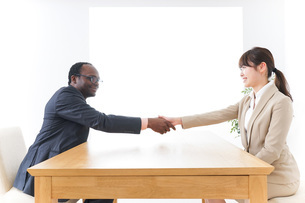 握手をするビジネスパーソンの写真素材 [FYI04724448]