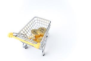 ビットコインでショッピングの写真素材 [FYI04724567]