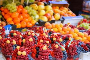 市場に並ぶ新鮮なフルーツの写真素材 [FYI04724583]