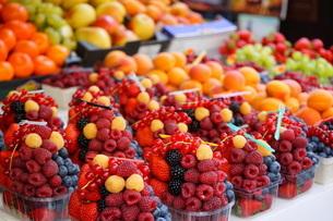 市場に並ぶ新鮮なフルーツの写真素材 [FYI04724587]