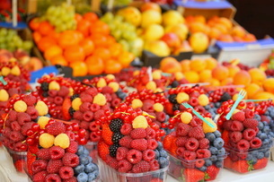 市場に並ぶ新鮮なフルーツの写真素材 [FYI04724589]