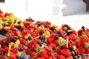 市場に並ぶ新鮮なフルーツの写真素材 [FYI04724594]