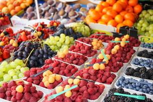 市場に並ぶ新鮮なフルーツの写真素材 [FYI04724595]