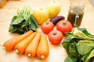 市場に並ぶ新鮮なフルーツの写真素材 [FYI04724612]