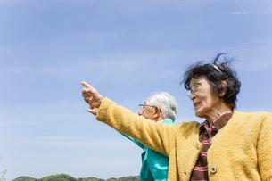 空を指差す高齢夫婦の写真素材 [FYI04724720]