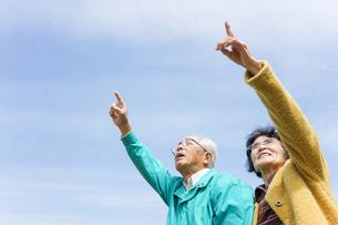 空を指差す高齢夫婦の写真素材 [FYI04724739]