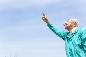 空を指差す高齢夫婦の写真素材 [FYI04724741]