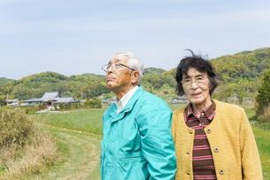 空を指差す高齢夫婦の写真素材 [FYI04724743]