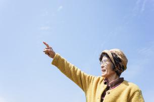 空を指差す高齢女性の写真素材 [FYI04724764]