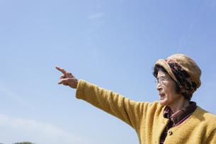 空を指差す高齢女性の写真素材 [FYI04724767]