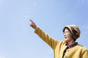 空を指差す高齢女性の写真素材 [FYI04724771]