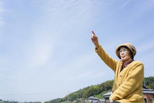 空を指差す高齢女性の写真素材 [FYI04724805]