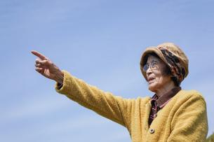 空を指差す高齢女性の写真素材 [FYI04724806]