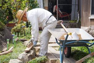 土木工事をする高齢の男性の写真素材 [FYI04724847]