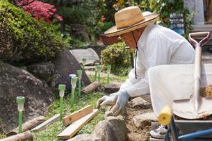 土木工事をする高齢の男性の写真素材 [FYI04724849]