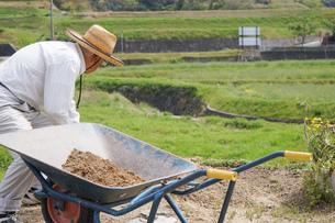 土木工事をする高齢の男性の写真素材 [FYI04724852]
