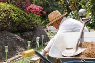 土木工事をする高齢の男性の写真素材 [FYI04724853]