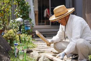 土木工事をする高齢の男性の写真素材 [FYI04724855]