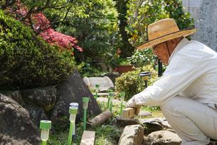 土木工事をする高齢の男性の写真素材 [FYI04724856]