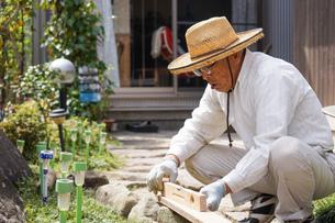 土木工事をする高齢の男性の写真素材 [FYI04724857]