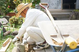 土木工事をする高齢の男性の写真素材 [FYI04724859]