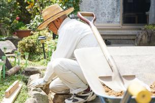 土木工事をする高齢の男性の写真素材 [FYI04724861]