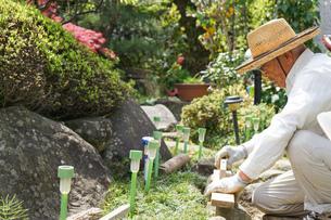 土木工事をする高齢の男性の写真素材 [FYI04724863]