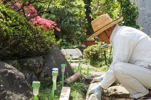 土木工事をする高齢の男性の写真素材 [FYI04724864]