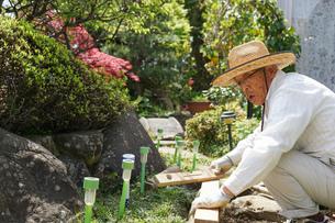 土木工事をする高齢の男性の写真素材 [FYI04724867]