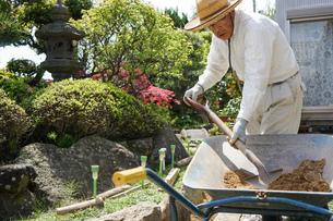 土木工事をする高齢の男性の写真素材 [FYI04724868]