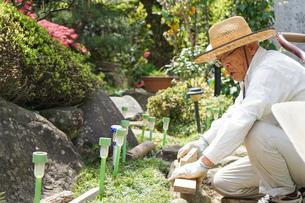 土木工事をする高齢の男性の写真素材 [FYI04724869]