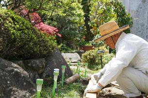 土木工事をする高齢の男性の写真素材 [FYI04724871]