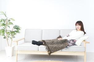 部屋でリラックスをする若い女性の写真素材 [FYI04724935]