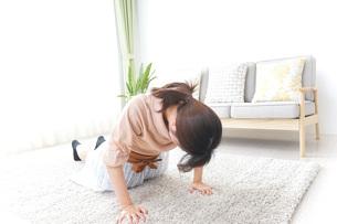自宅でくつろぐ女性の写真素材 [FYI04724978]