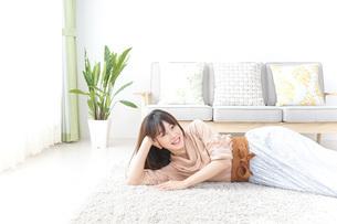 自宅でくつろぐ女性の写真素材 [FYI04724981]