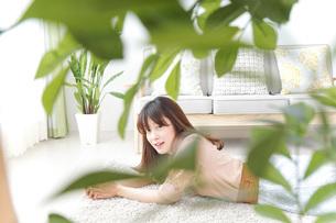 自宅でくつろぐ女性の写真素材 [FYI04724983]