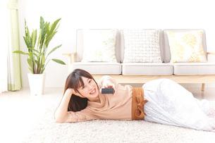 自宅でくつろぐ女性の写真素材 [FYI04724985]