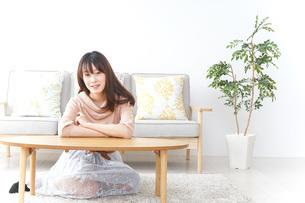 自宅でくつろぐ女性の写真素材 [FYI04724989]