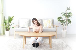 自宅でくつろぐ女性の写真素材 [FYI04724993]