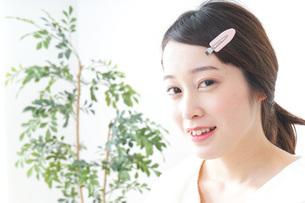 お化粧をする女性の写真素材 [FYI04725009]