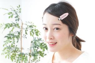 お化粧をする女性の写真素材 [FYI04725010]