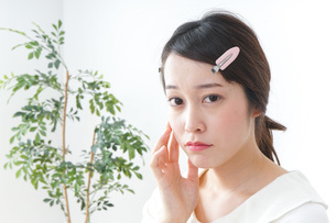 お化粧をする女性の写真素材 [FYI04725012]