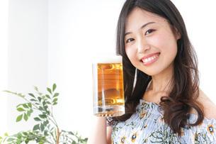 ビアガーデンでビールを飲む女性の写真素材 [FYI04725030]