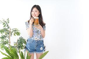 ビアガーデンでビールを飲む女性の写真素材 [FYI04725031]