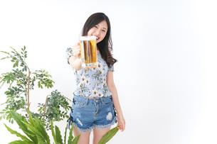 ビアガーデンでビールを飲む女性の写真素材 [FYI04725032]