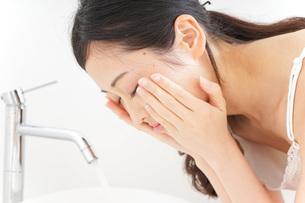 洗顔をする女性の写真素材 [FYI04725033]