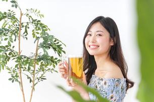 ビアガーデンでビールを飲む女性の写真素材 [FYI04725041]